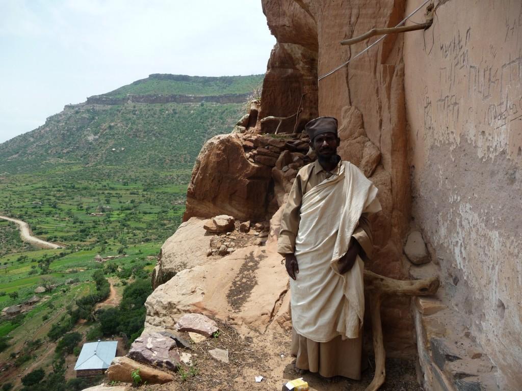 """Un moine sur la """"terrasse"""" d'Abba Yohannis"""