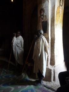 Deux moines qui se reposent sur leur longue canne