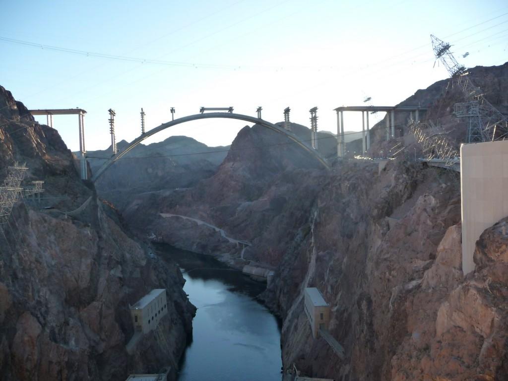 Un pont en construction sur le canyon