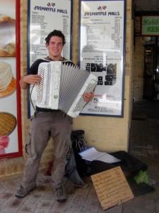 Backpacker Adrien et son accordéon