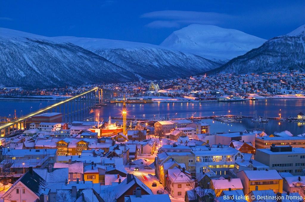 La ville de Tromso vue de nuit