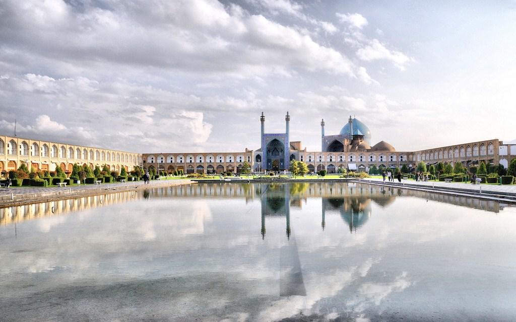 La place Naghsh-e-Jahan et la mosquée du Shah au fond