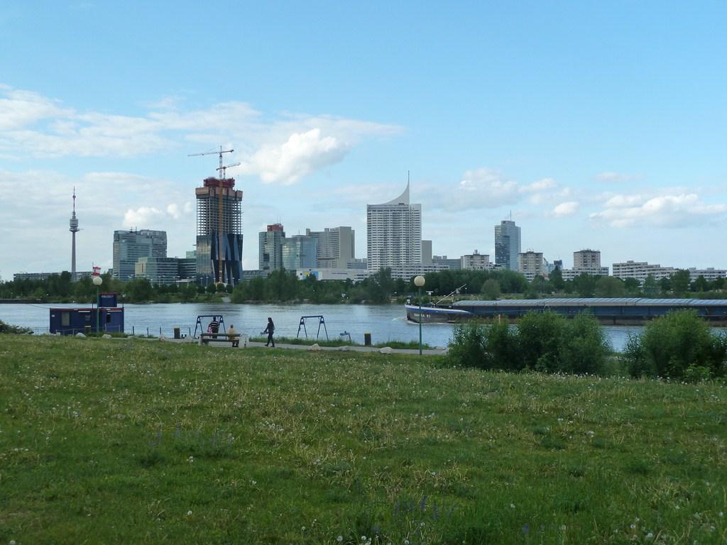 """Les rives du Danube avec la """"City"""" viennoise"""
