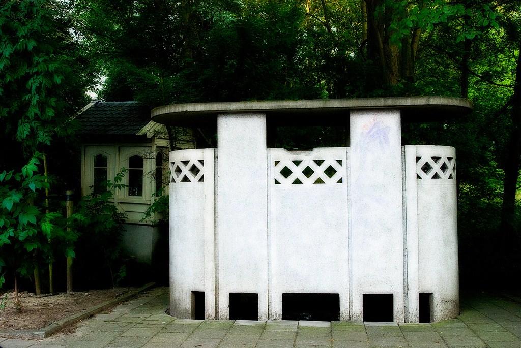Un des multiples urinoirs ouverts de la ville