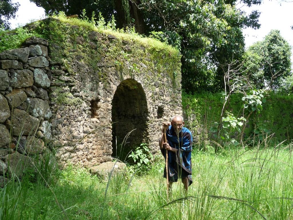 Un prêtre en Ethiopie sur l'île de Tana