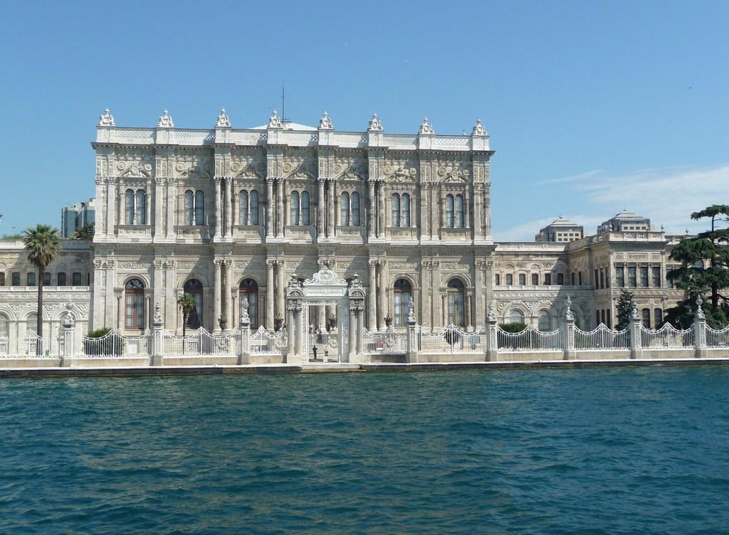 Le palais Dolmabahçe vu depuis le Bosphore