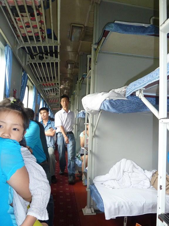 Le couloir d'un wagon avec des hard sleepers