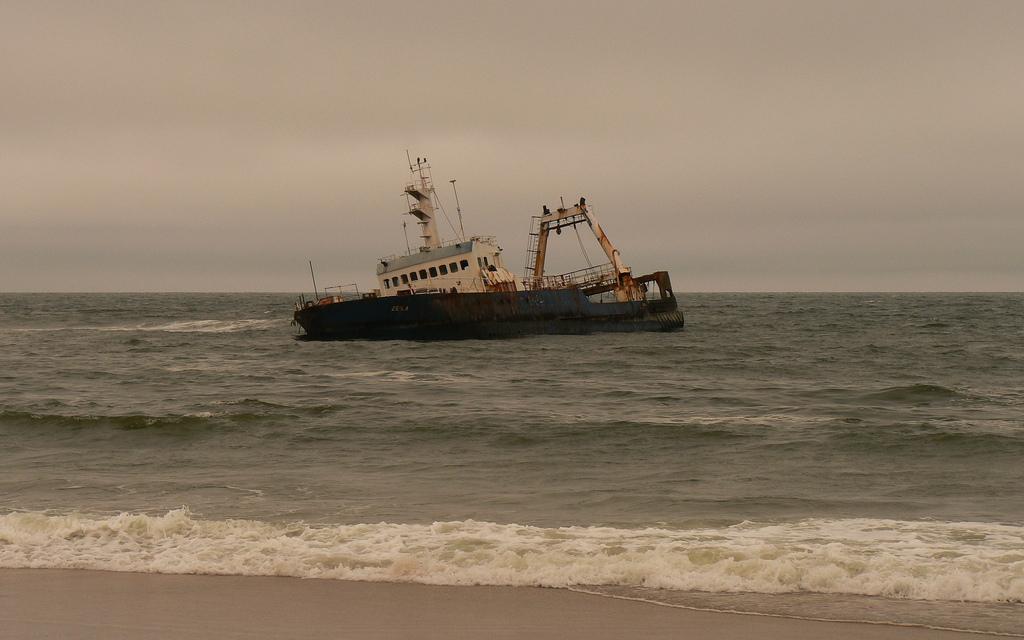 Un des bateaux échoués le long de la Skeleton Coast
